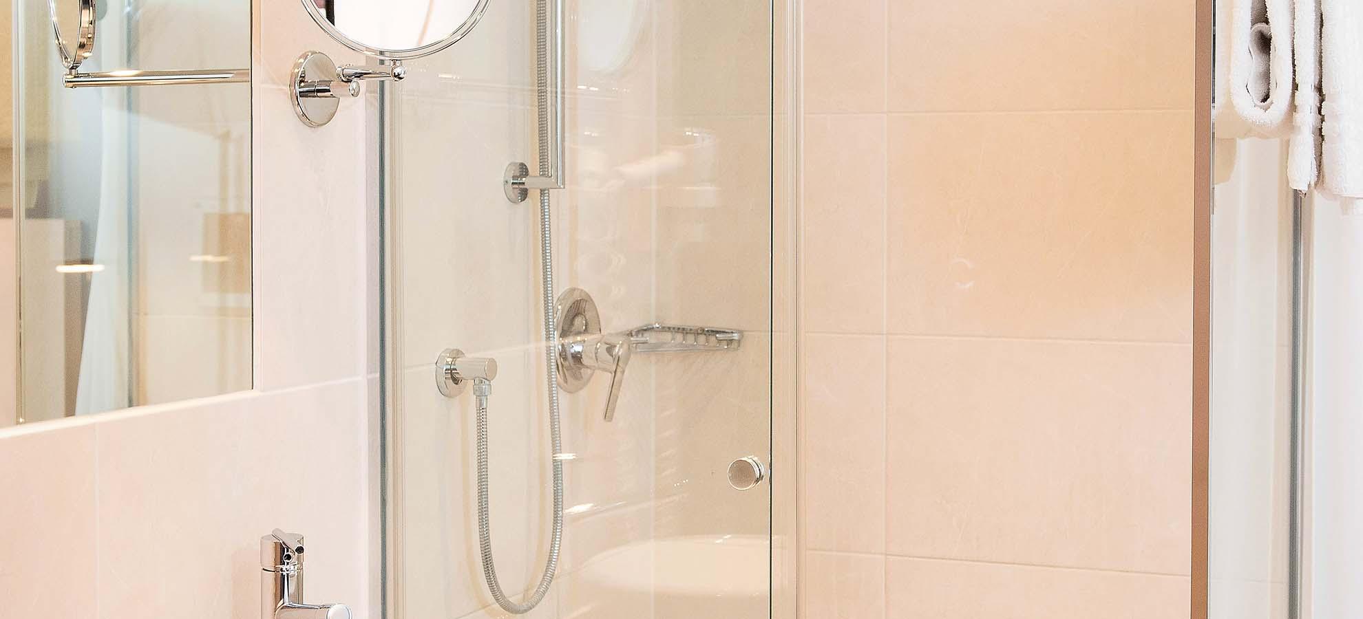 Hotel Lyskirchen Standard Zimmer Bad / Standard Room bath